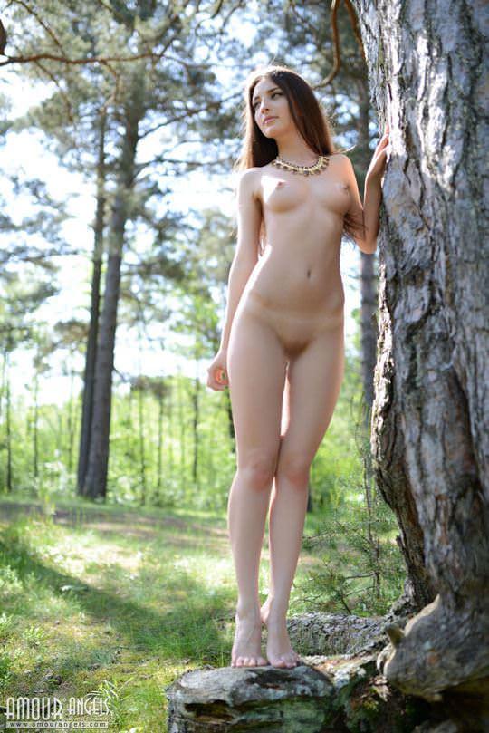 【外人】ロシア人モデルのジャスミン(Jasmin)女性本来の姿で森と戯れるパイパンヌードポルノ画像 854