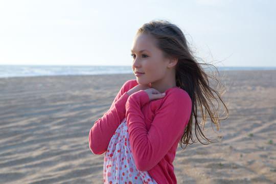 【外人】ビーチの波打ち際ではしゃぐ金髪洋ロリ顔の美少女がフルヌードでおまんこ露出するポルノ画像 859