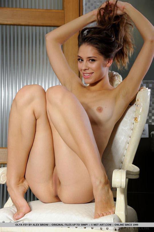 【外人】ロシア人モデルのオールヤ・フェイ(Olya Fey)の美乳おっぱいのパイパンまんこがエロいポルノ画像 877