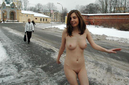 【外人】極寒ロシアの田舎町で全裸になってる露出狂パイパン美少女のポルノ画像 0135