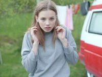 【外人】ロリータ顔のアメリカ人美少女モデルのクリスティン・フローセス(Kristine Froseth)が野外キャンプしてるポルノ画像