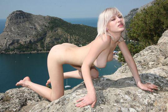 【外人】真っ白で金髪の神々しい白人美女ヴァル(Val D)岸壁でフルヌードポージングする野外露出ポルノ画像 0148