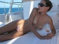 【外人】ヨットの上でトップレスになるカナダ人モデルのゾーイ・デュシェーヌ(Zoe Duchesne)のおっぱいポルノ画像