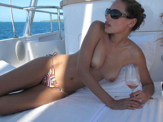 【外人】ヨットの上でトップレスになるカナダ人モデルのゾーイ・デュシェーヌ(Zoe Duchesne)のおっぱいポルノ画像 016