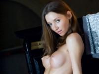 【外人】ロシア語を勉強するロシアン女子大生キキ(Kiki)の非常に張りのあるおっぱいがエロいポルノ画像