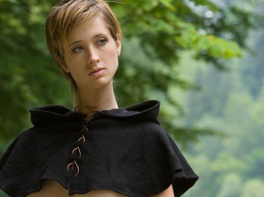 【外人】ボーイッシュな魔女が森でローブを脱いで野外露出するコスプレポルノ画像 0188
