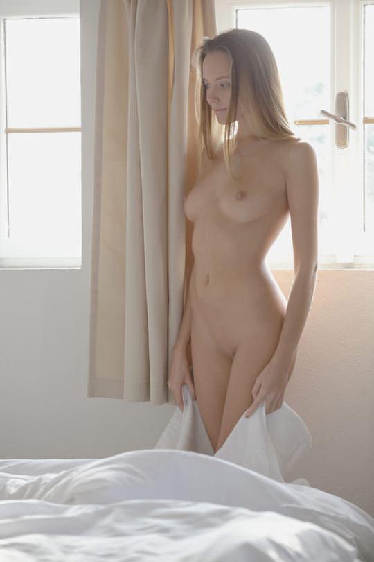 【外人】優しい指マンとクンニで絡み合う美人レズセックスのポルノ画像 1028