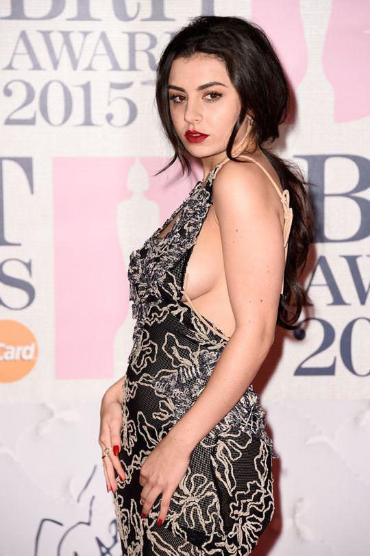 【外人】イギリスBRIT・アワード2015で歌手チャーリー・エックス・シー・エックス(Charli XCX)の巨乳横乳ポルノ画像 1032