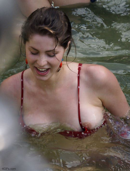 【外人】噴水で水浴びする素人白人女性の巨乳ビキニから乳首が露見しているポロリポルノ画像 11116