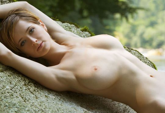 【外人】ボーイッシュな魔女が森でローブを脱いで野外露出するコスプレポルノ画像 11119