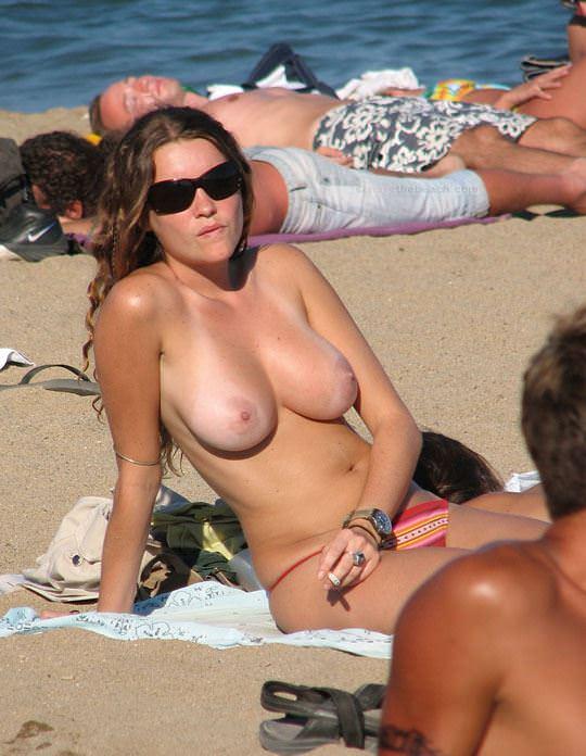 【外人】視姦や盗撮に気がつかないヌーディストビーチの巨乳おっぱい素人娘のポルノ画像 1129