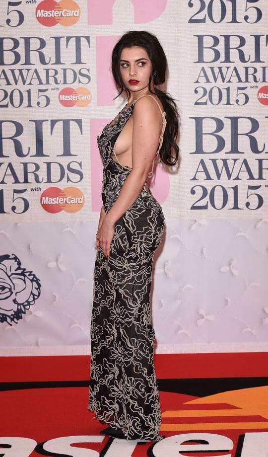 【外人】イギリスBRIT・アワード2015で歌手チャーリー・エックス・シー・エックス(Charli XCX)の巨乳横乳ポルノ画像 1153