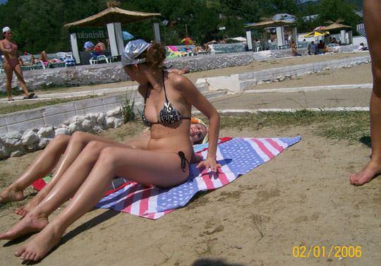 【外人】子供達が遊ぶビーチでトップレスになるビキニお姉さんのおっぱい露出ポルノ画像 1189