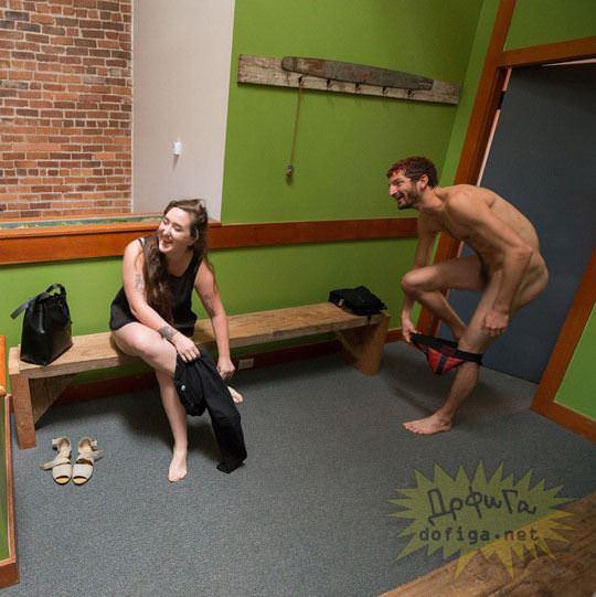 【外人】男性社員フル勃起不可避な全裸で仕事するお姉さん達のおふざけポルノ画像 1207