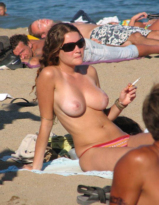 【外人】視姦や盗撮に気がつかないヌーディストビーチの巨乳おっぱい素人娘のポルノ画像 1222
