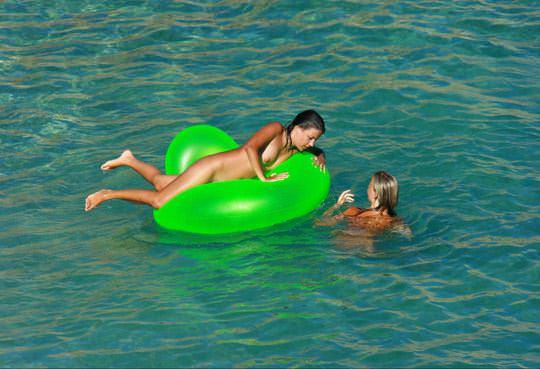 【外人】若者たちのカップルたちが海で全裸ではしゃぐ姿を望遠レンズで盗撮したポルノ画像 1286
