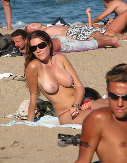 【外人】視姦や盗撮に気がつかないヌーディストビーチの巨乳おっぱい素人娘のポルノ画像 1320