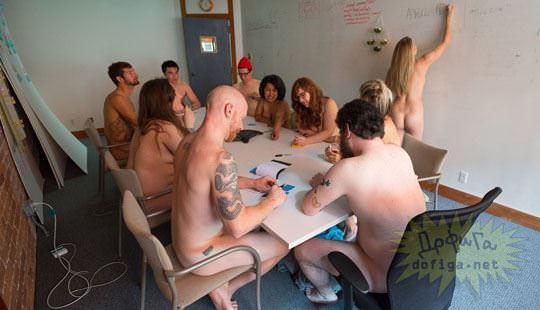 【外人】男性社員フル勃起不可避な全裸で仕事するお姉さん達のおふざけポルノ画像 1352