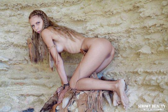 【外人】ウクライナモデルのカリンカ(Kalinka)がフルヌードでバイクに跨がりエロポーズの露出ポルノ画像 1426