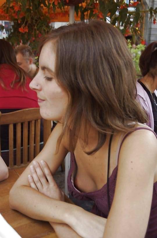 【外人】超セクシーな乳首ポロリの胸チラ盗撮街撮りポルノ画像 1432