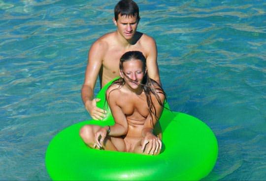 【外人】若者たちのカップルたちが海で全裸ではしゃぐ姿を望遠レンズで盗撮したポルノ画像 1454