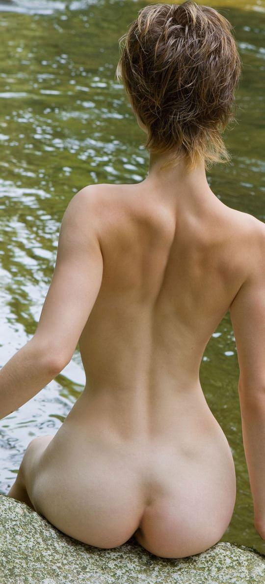 【外人】ボーイッシュな魔女が森でローブを脱いで野外露出するコスプレポルノ画像 1456