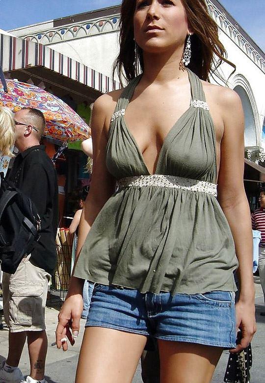 【外人】ノーブラで透け乳首ポッチしてる世界の常識おっぱい街撮りポルノ画像 1517