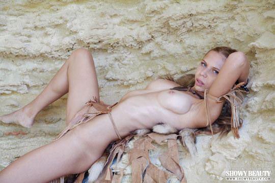 【外人】ウクライナモデルのカリンカ(Kalinka)がフルヌードでバイクに跨がりエロポーズの露出ポルノ画像 1524