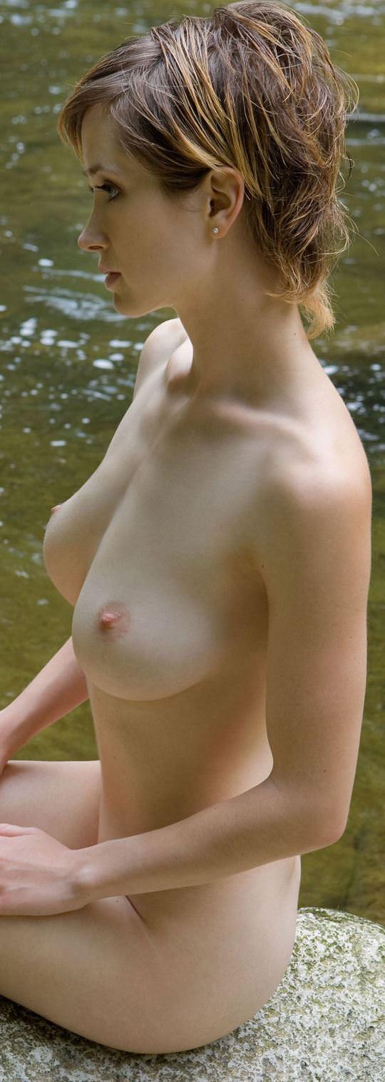 【外人】ボーイッシュな魔女が森でローブを脱いで野外露出するコスプレポルノ画像 1552
