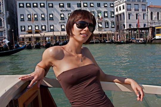 【外人】ノーブラで透け乳首ポッチしてる世界の常識おっぱい街撮りポルノ画像 1616