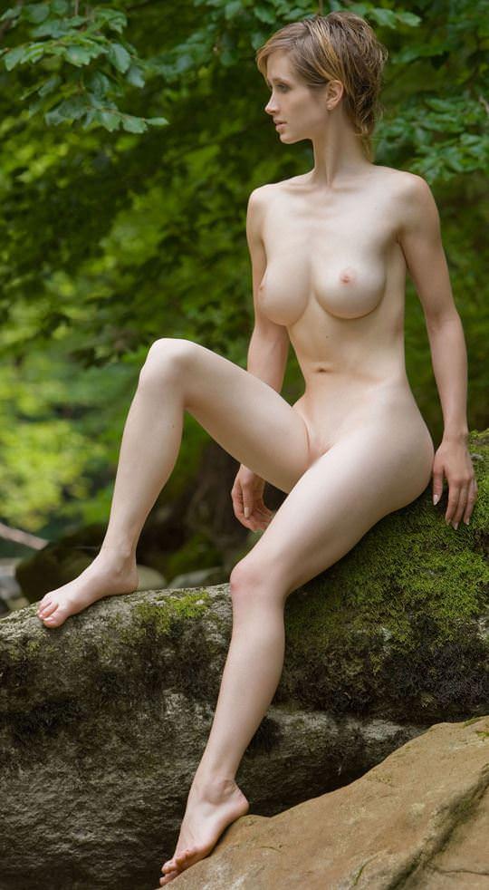 【外人】ボーイッシュな魔女が森でローブを脱いで野外露出するコスプレポルノ画像 1748