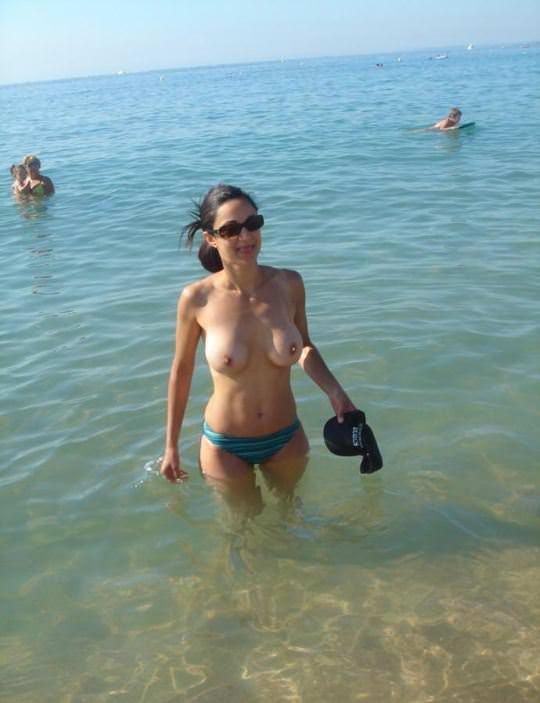 【外人】 子持ちの奥さんをビーチで巨乳トップレス撮影した人妻ポルノ画像 1810