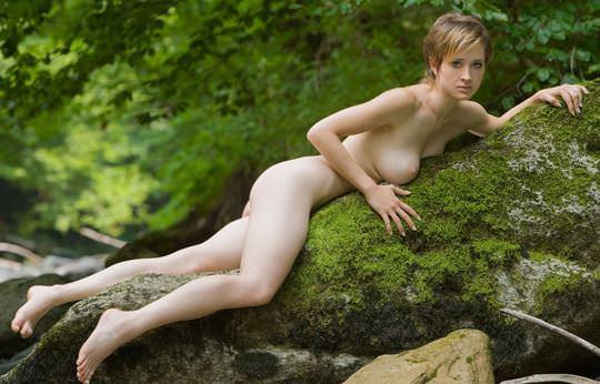【外人】ボーイッシュな魔女が森でローブを脱いで野外露出するコスプレポルノ画像 1848