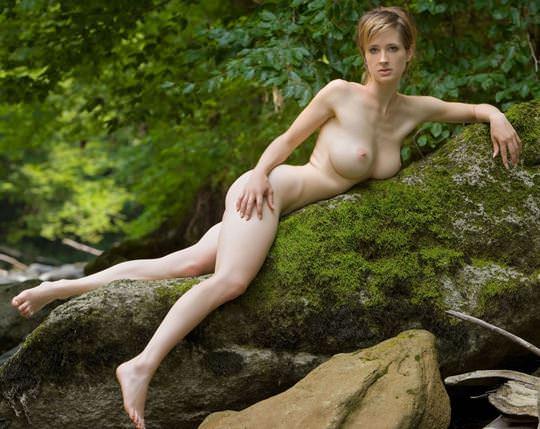 【外人】ボーイッシュな魔女が森でローブを脱いで野外露出するコスプレポルノ画像 1947