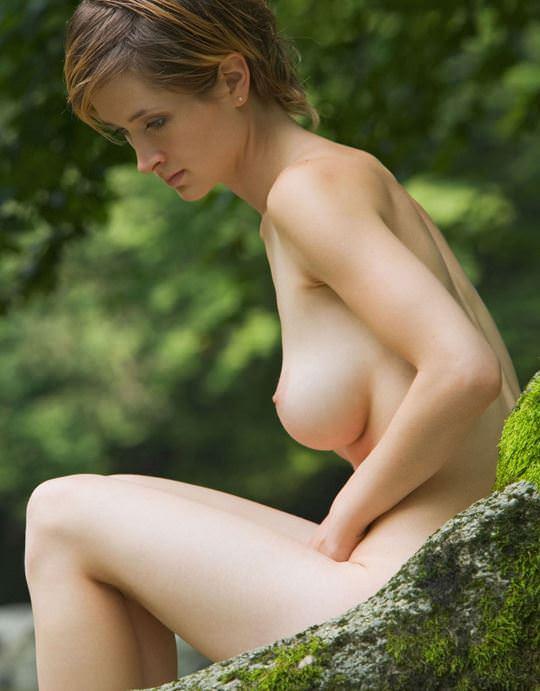 【外人】ボーイッシュな魔女が森でローブを脱いで野外露出するコスプレポルノ画像 2043