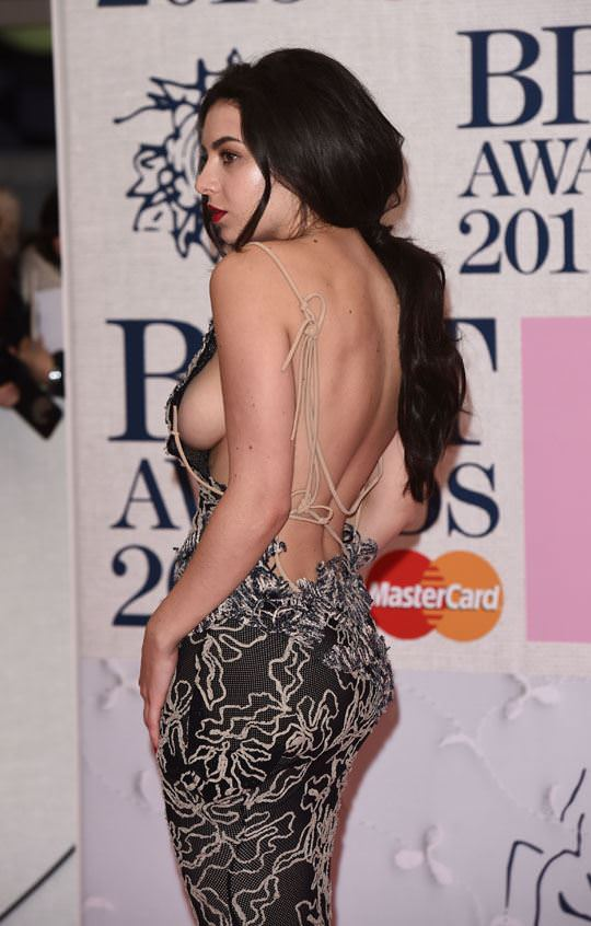 【外人】イギリスBRIT・アワード2015で歌手チャーリー・エックス・シー・エックス(Charli XCX)の巨乳横乳ポルノ画像 2109