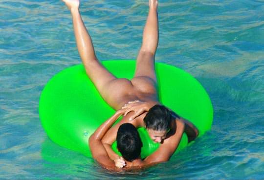 【外人】若者たちのカップルたちが海で全裸ではしゃぐ姿を望遠レンズで盗撮したポルノ画像 21100