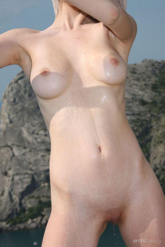 【外人】真っ白で金髪の神々しい白人美女ヴァル(Val D)岸壁でフルヌードポージングする野外露出ポルノ画像 2139