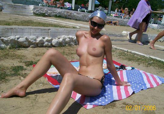 【外人】子供達が遊ぶビーチでトップレスになるビキニお姉さんのおっぱい露出ポルノ画像 2155