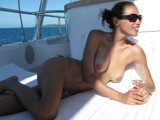 【外人】ヨットの上でトップレスになるカナダ人モデルのゾーイ・デュシェーヌ(Zoe Duchesne)のおっぱいポルノ画像 219