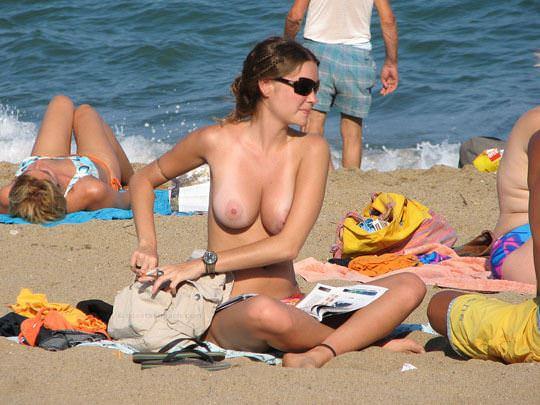 【外人】視姦や盗撮に気がつかないヌーディストビーチの巨乳おっぱい素人娘のポルノ画像 2215