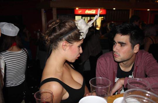 【外人】超セクシーな乳首ポロリの胸チラ盗撮街撮りポルノ画像 2319