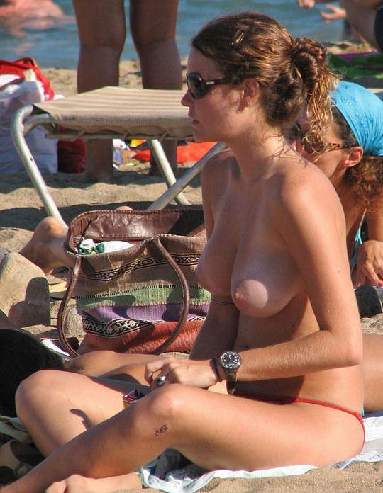 【外人】視姦や盗撮に気がつかないヌーディストビーチの巨乳おっぱい素人娘のポルノ画像 2412