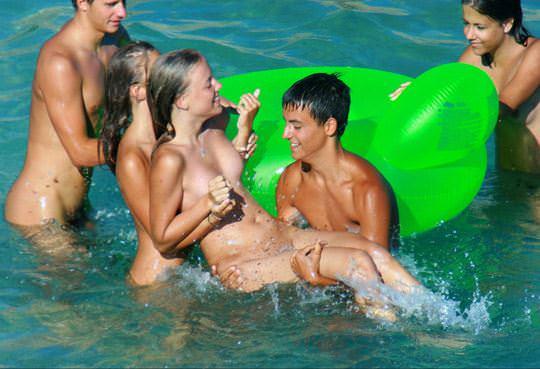 【外人】若者たちのカップルたちが海で全裸ではしゃぐ姿を望遠レンズで盗撮したポルノ画像 2529