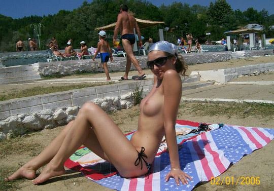 【外人】子供達が遊ぶビーチでトップレスになるビキニお姉さんのおっぱい露出ポルノ画像 3102