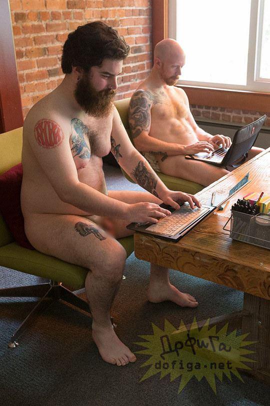 【外人】男性社員フル勃起不可避な全裸で仕事するお姉さん達のおふざけポルノ画像 3131