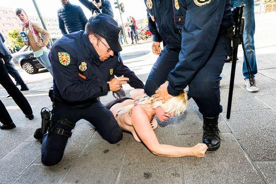【外人】女性社会活動家グループFEMENの金髪美女がおっぱい丸出しで逮捕されてるポルノ画像 319