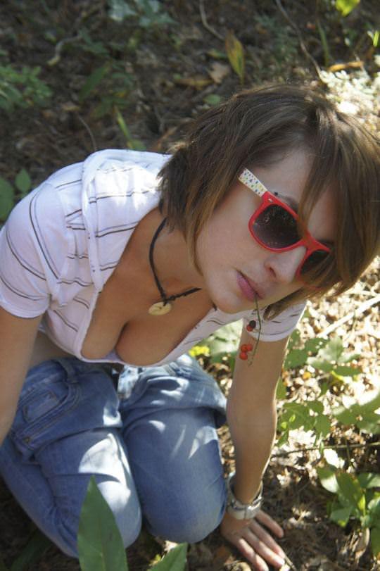 【外人】素人の巨乳美女が谷間を寄せて記念撮影してるポルノ画像 3315