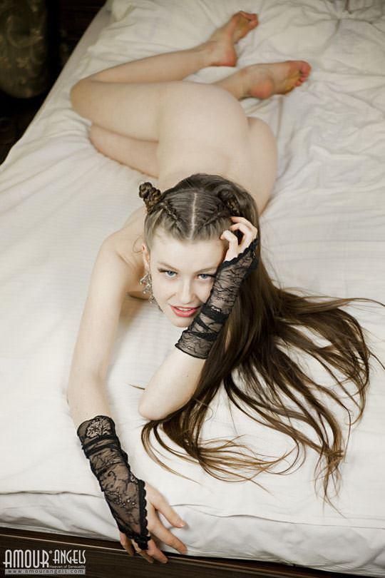 【外人】隠れたヌードモデルの王女エミリー(Emily Bloom)がメス猫コスプレで挑発まんこのポルノ画像 368