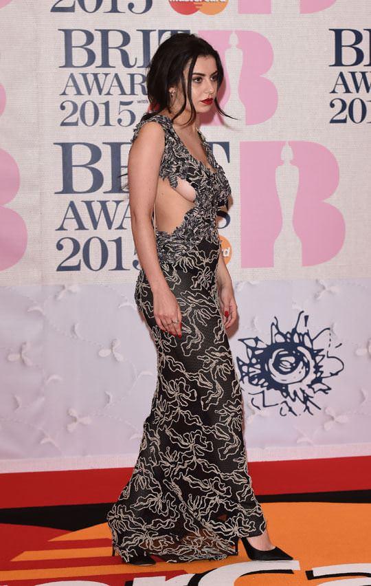 【外人】イギリスBRIT・アワード2015で歌手チャーリー・エックス・シー・エックス(Charli XCX)の巨乳横乳ポルノ画像 369